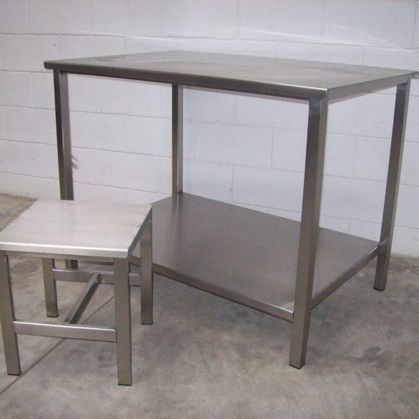 tavoli con ripiani in lamiera